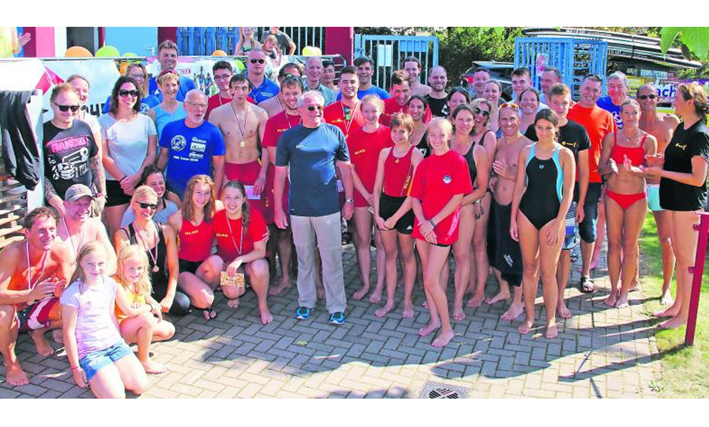 Die Teilnehmer der Staffel-Stadtmeisterschaften im Schwimmen beim ersten Schwimmbadfest der Vereine im Freibad hatten großen Spaß