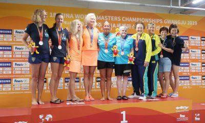 Eva Schübel (5. von links) bei der Siegerehrung der Masters-WM im südkoreanischen Gwangju